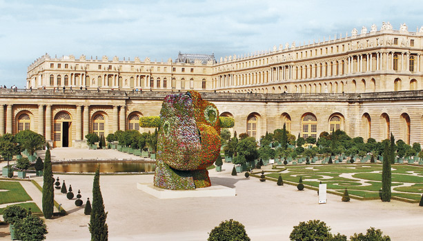 Installation view of Split-Rocker at Versailles. Jeff Koons (2000)