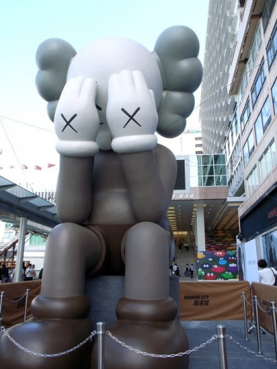 kaws-passing-through-companion-at-harbour-city-hk-01-405x540