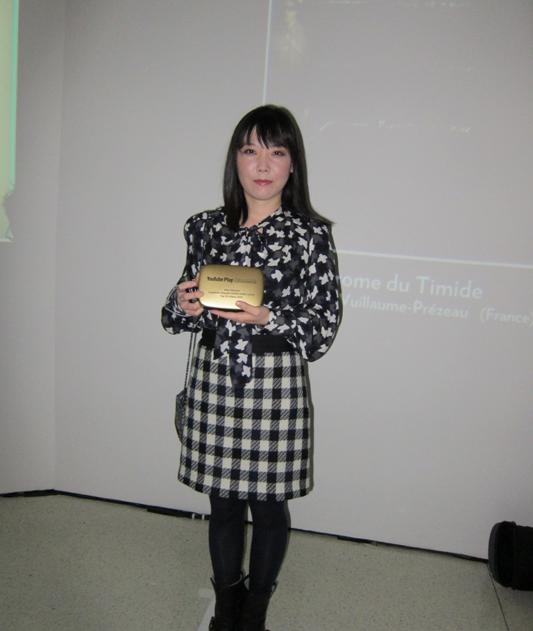 Akino Kondo with her award for Ladybirds Requiem