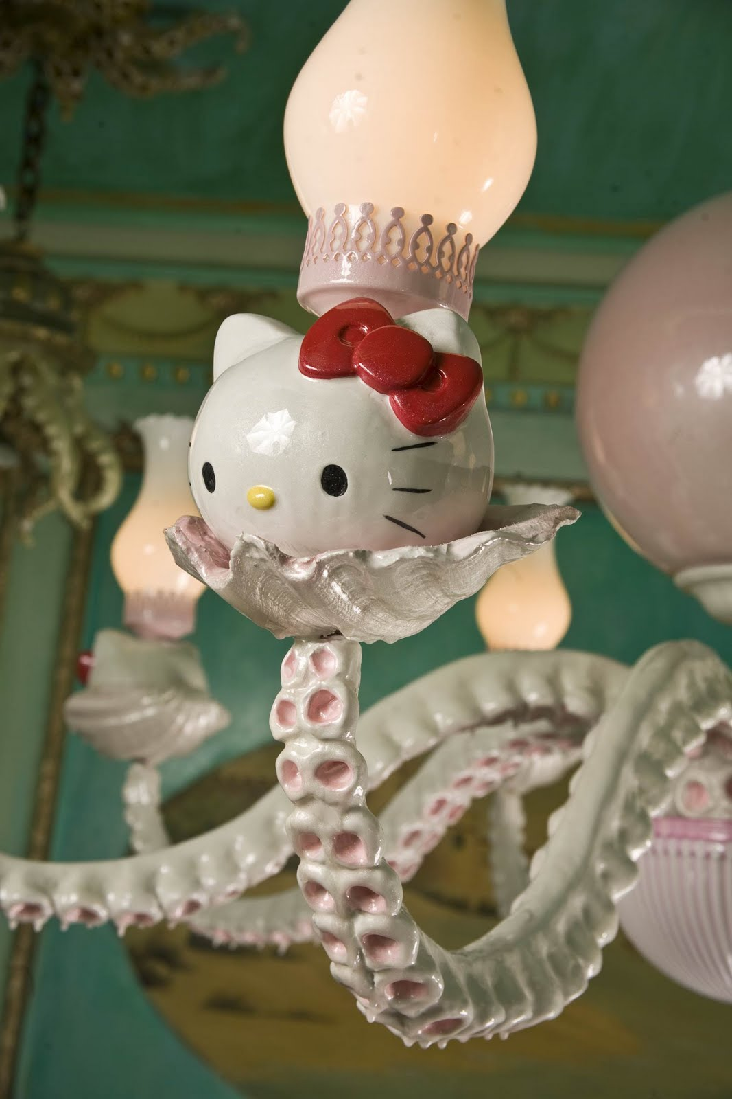Hello-Kitty-wht-pink-chandelier-detail2