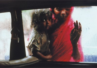 mother-and-child-at-car-window-bombay-by-steve-mccurry