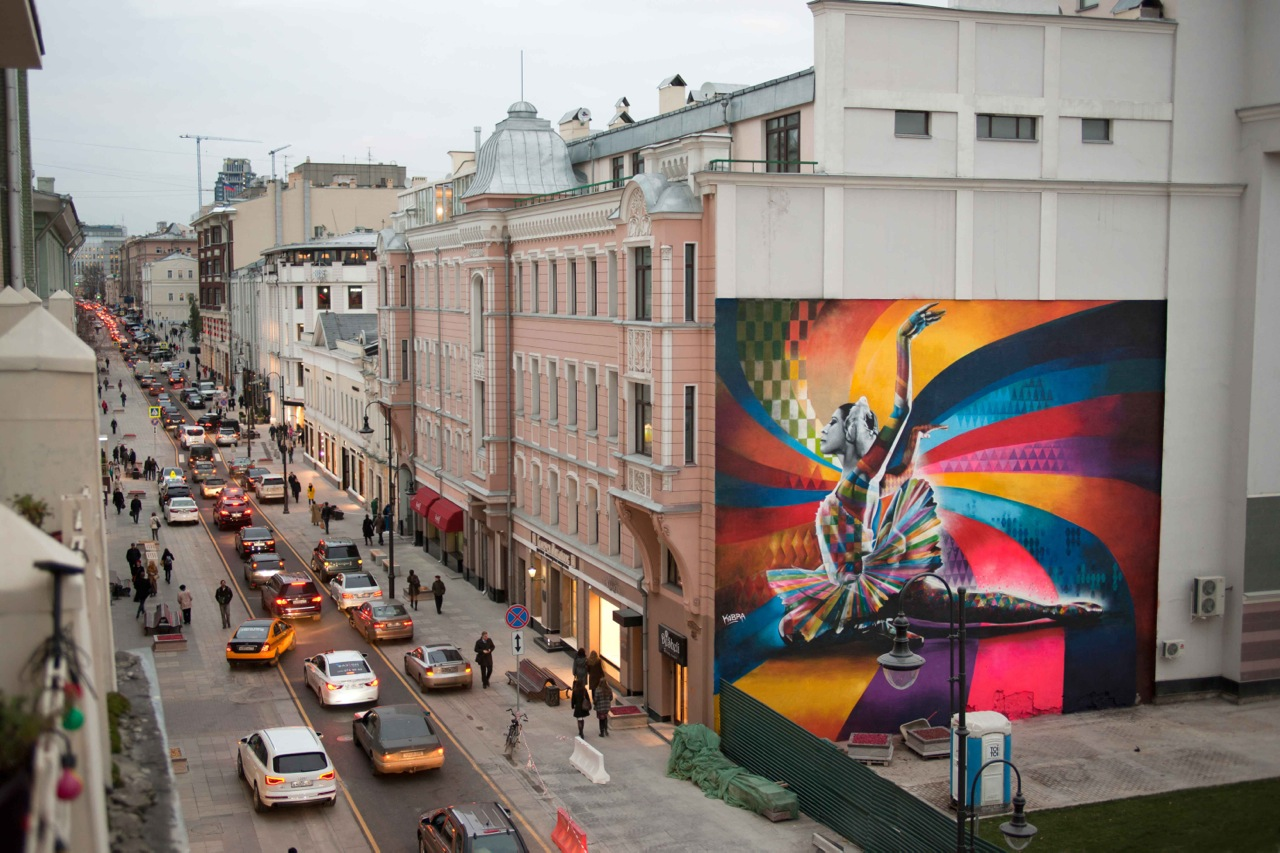 Eduardo Kobra in Moscow with a mural that references Russian ballerina Maya Plisetskaya.