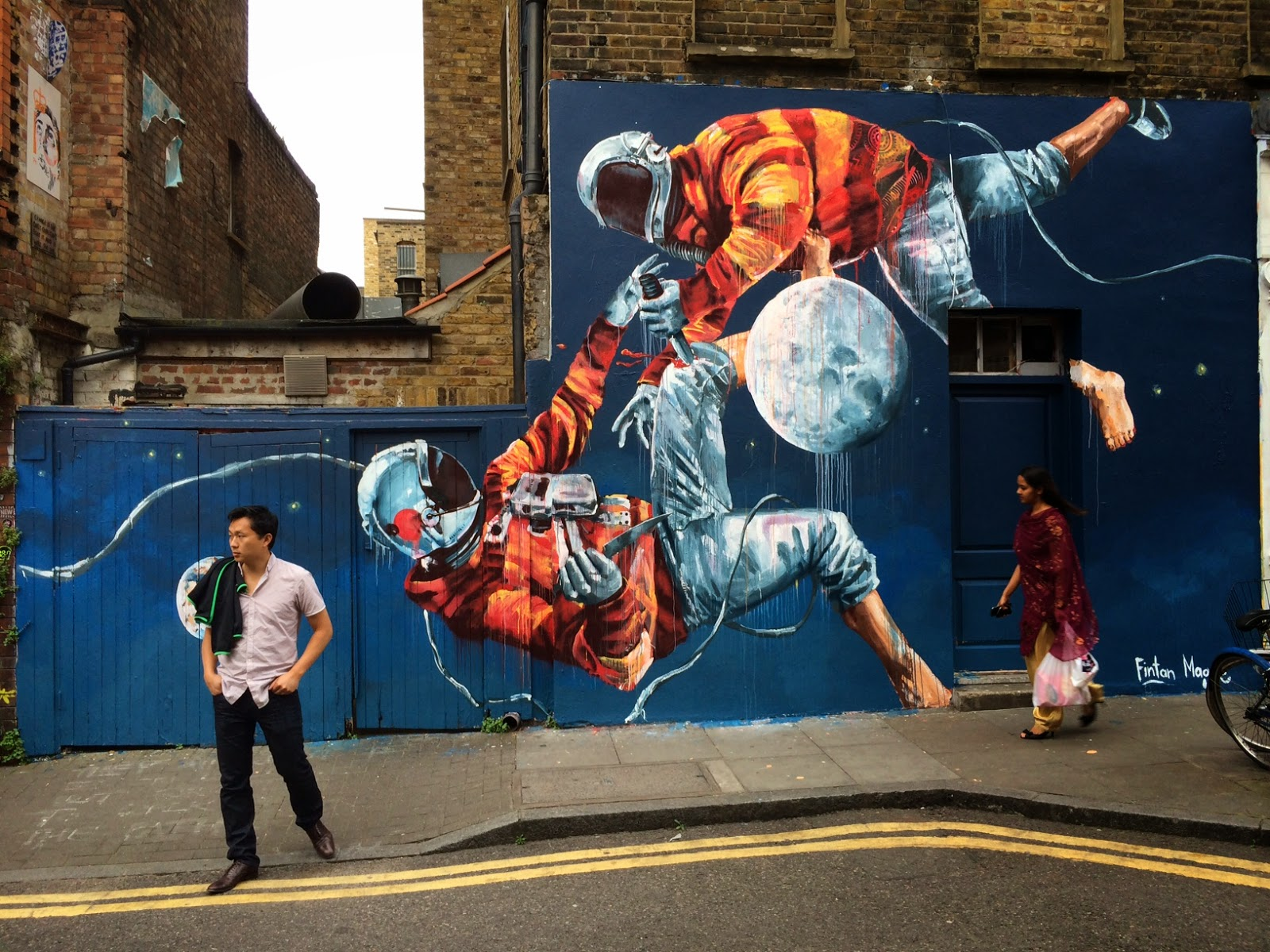 "Fintan Magee - ""Two Men Fighting Over The Moon"" on Brick Lane in London. Photo via StreetArtNews."