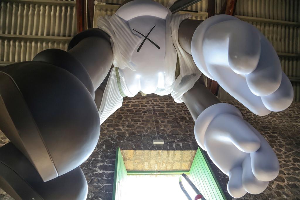 kaws-exhibition-installation-la-nave-las-salinas-4