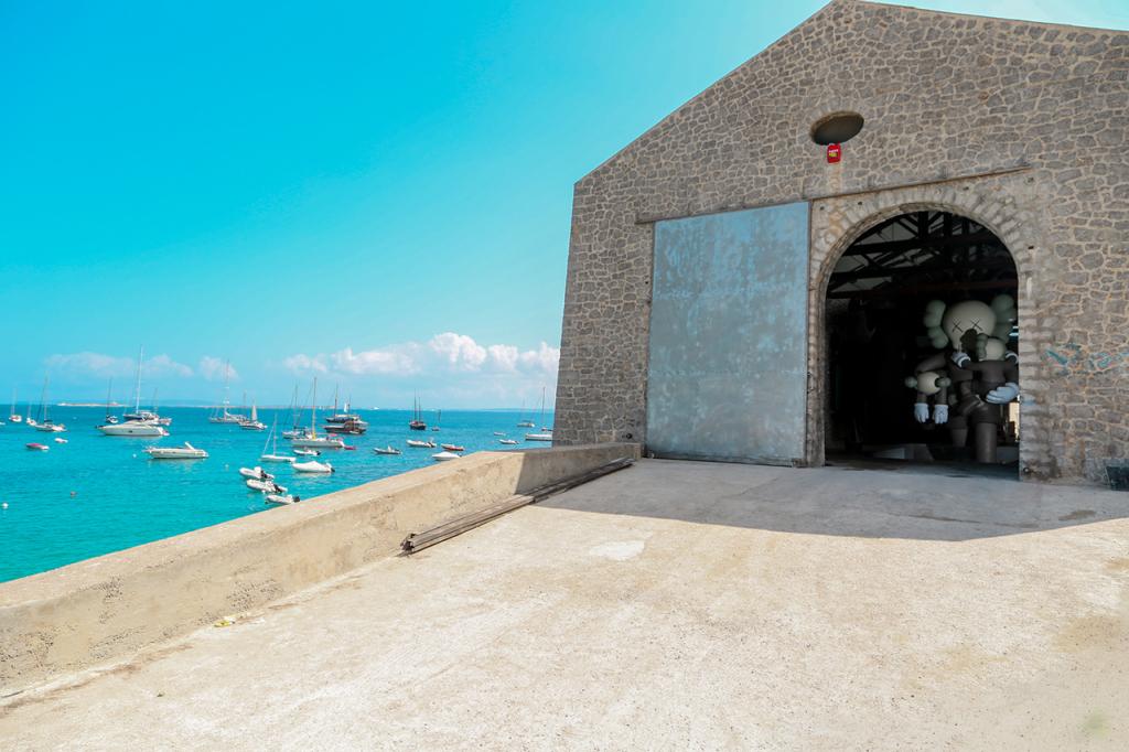 kaws-exhibition-installation-la-nave-las-salinas-6