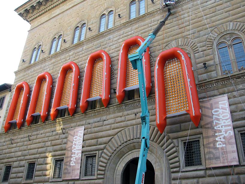ai-weiwei-palazzo-strozzi-florence-libero-reframe-rubber-boats-designboom-02